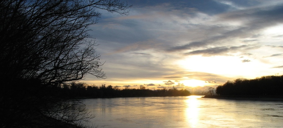 1280px-Sunset_on_the_river_rhine_at_Mannheim_8