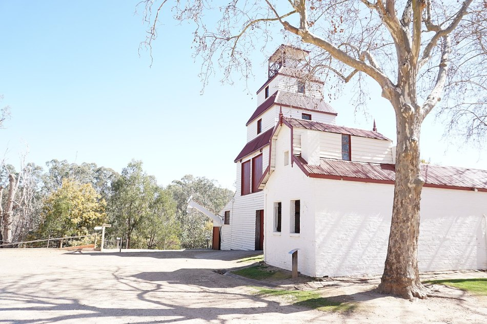 1280px-Tahbilk_Tower.jpg
